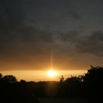 Sonnenaufgang unter geschlossener Wolkendecke